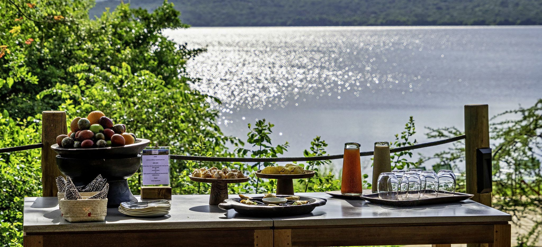 Ein gedeckter Tisch mit Blick auf den See Rwanyakazinga, Ruanda
