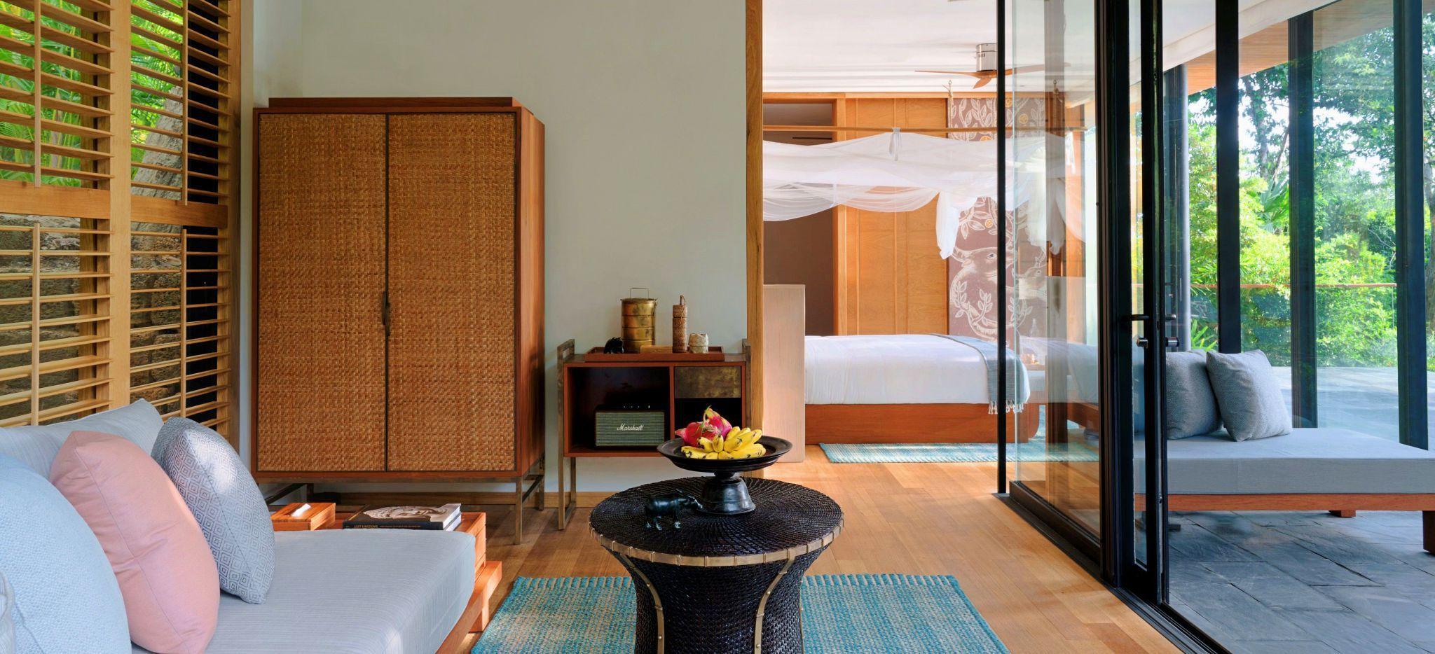 Gemütliches Wohnzimmer mit Glasfront im Hotelzimmer Hideaway Pool Villa Suite auf Krabey Island