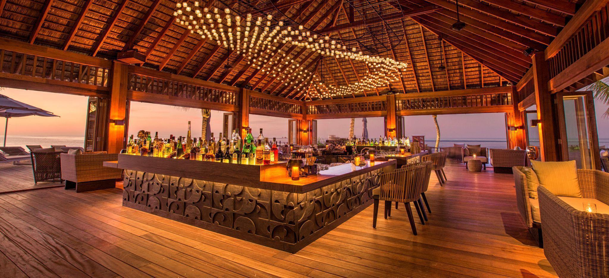 Eine ganz aus Holz gefehrtigte Bar auf Stelzen in der Lagune einer Maldiveninsel, Innenansicht