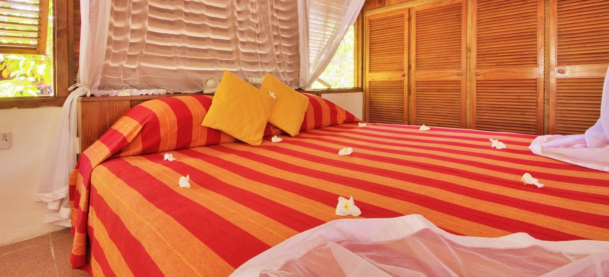 Das Schlafzimmer eines der Hotelzimmer im Hotel Bird Island, Seychellen