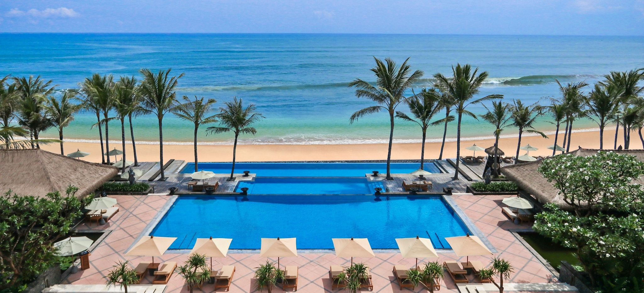 """Ein Pool direkt am Meer im """"The Legian"""" auf Bali"""