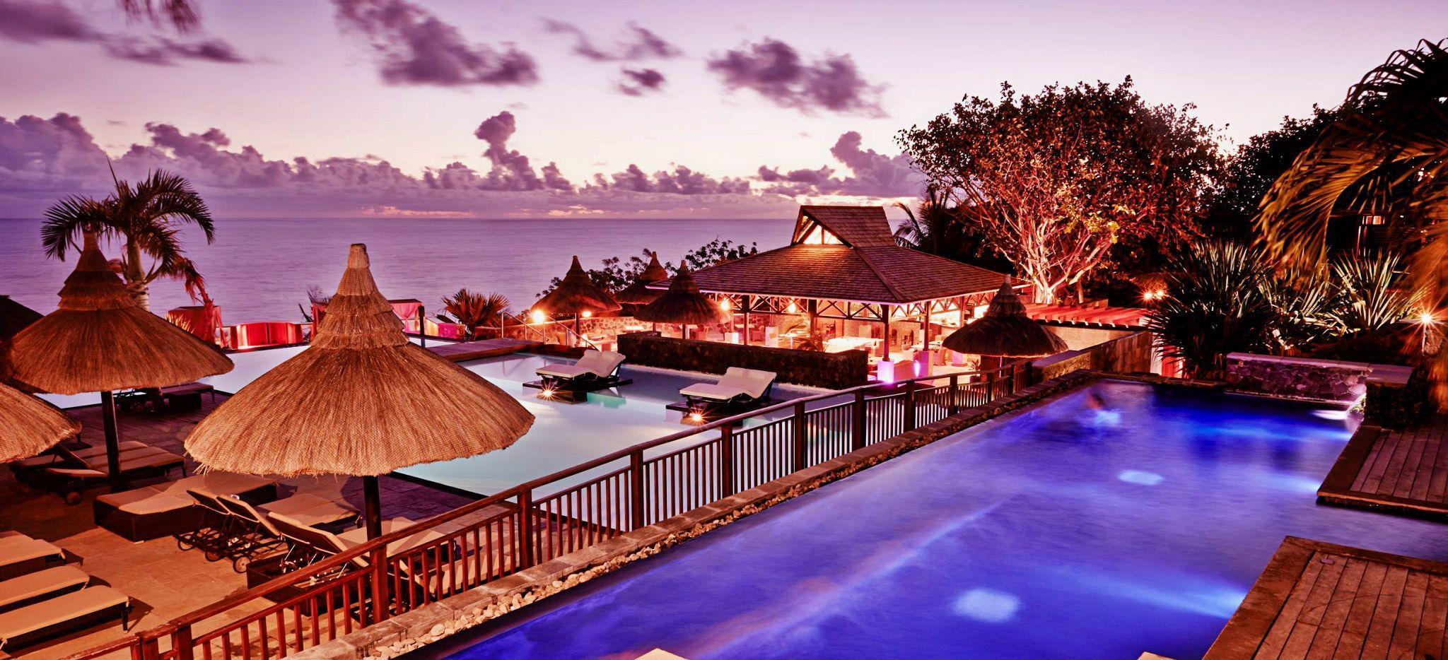 Der Hauptpool Bereich des Hotels the Palm auf La Réunion bei Nacht