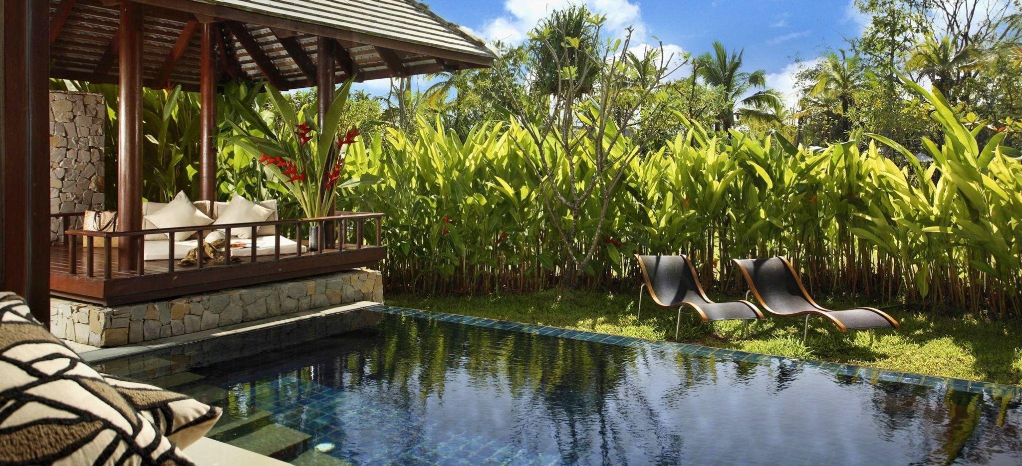 """Eine Terrasse neben einem See mit einem Mangrovenwäldchen, im Hotel """"The Sarojin"""""""