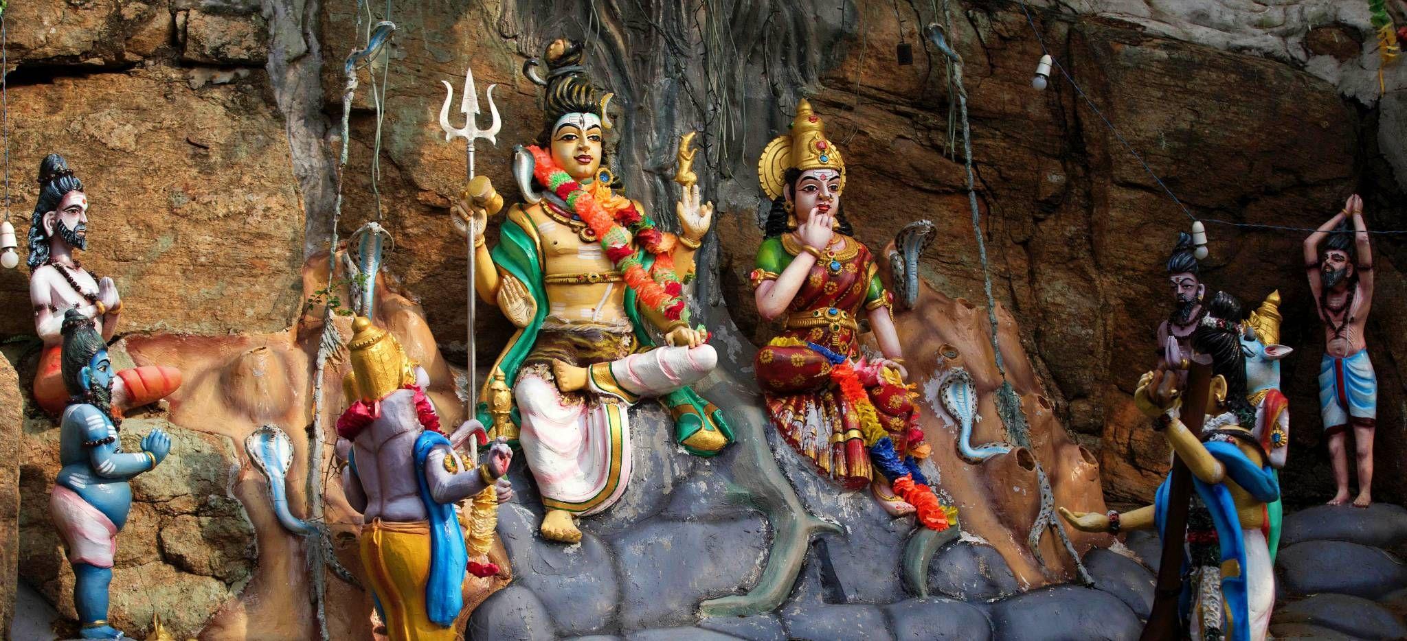 Statuen verschiedener Gottheiten in einer Höhle auf Sri Lanka