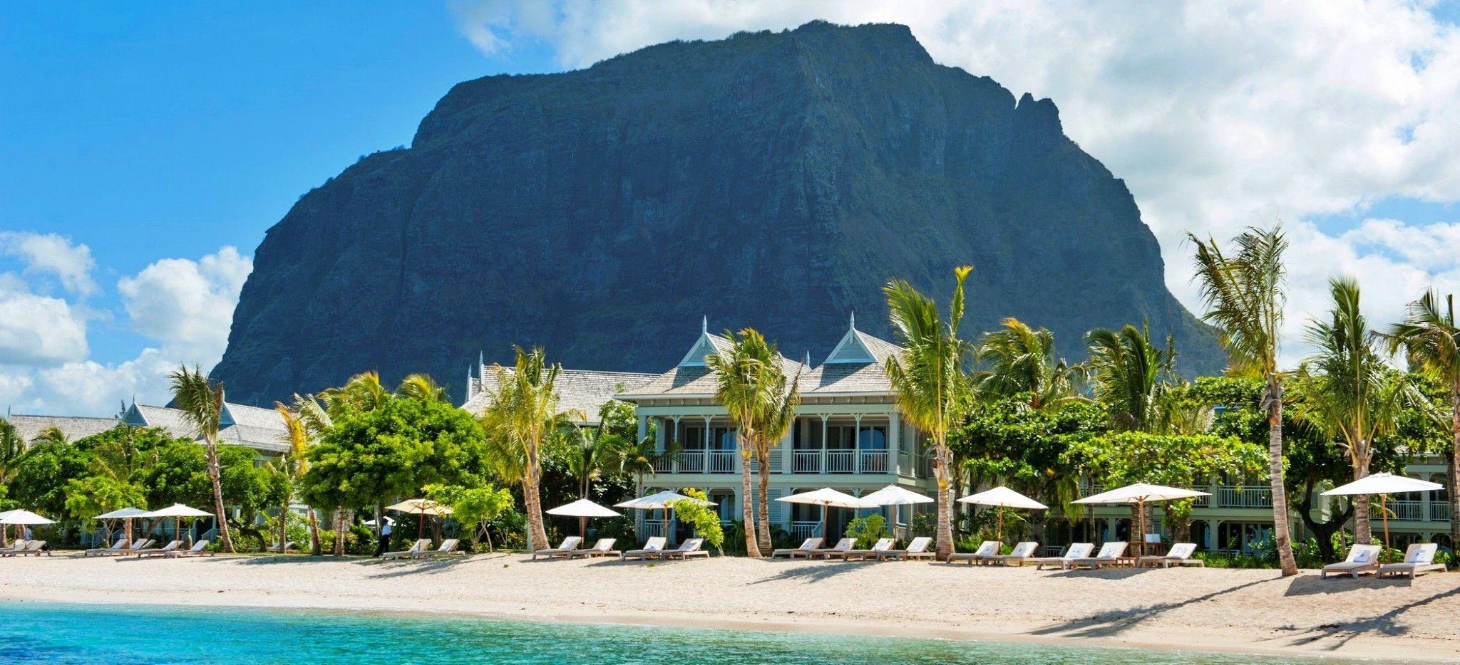 Das Hotel St. Regis Mauritius vor dem Berg Mont le Morne