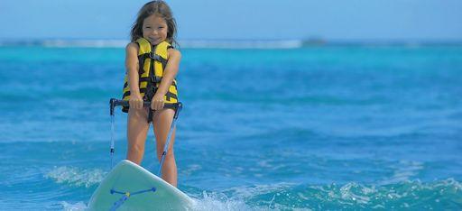 Ein Mädchen betreibt Wassersport auf dem Meer vor Mauritius