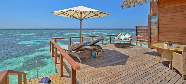 Die Terrasse einer Wasservilla im Hotel Kandolhu, Malediven