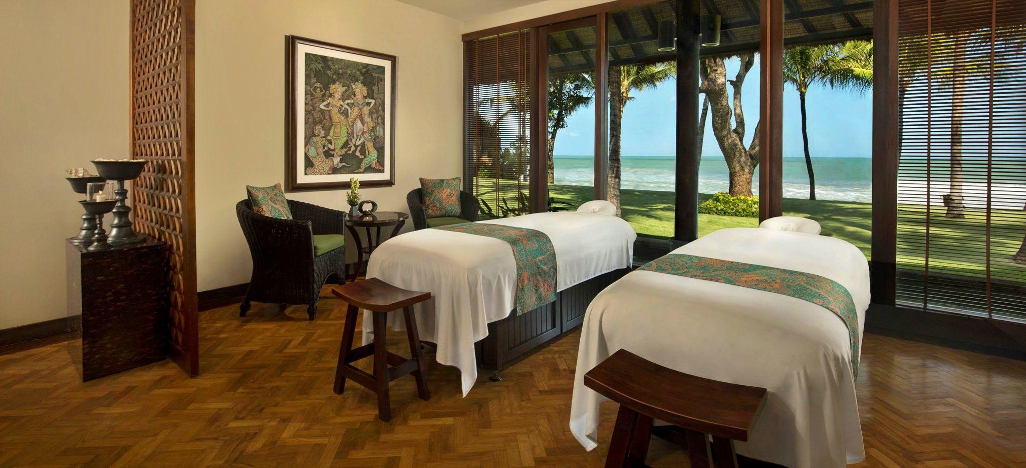 """Zwei Massageliegen mit Blick auf den Strand in einem großen Raum, im Hotel """"The Legian"""" auf Bali"""