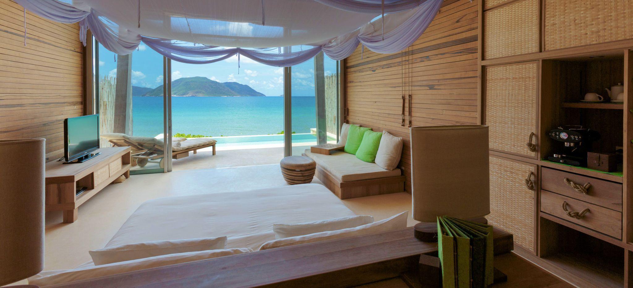 Hotelzimmer mit Blick auf das Meer mit hellem Holz