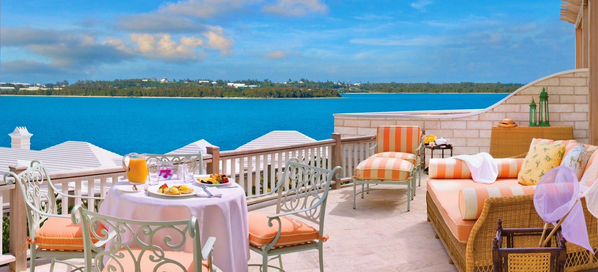 """Eine große Terrasse mit Möbeln vor einem Hotelzimmer des """"Rosewood Tucker's Point"""" auf den Bermudas"""