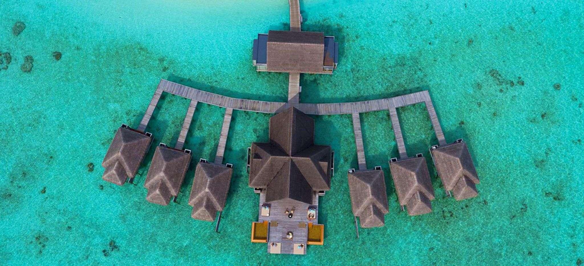 Luftaufnahme einer riesigen verzweigten Wasservilla, dem Spa des Anantara Kihava