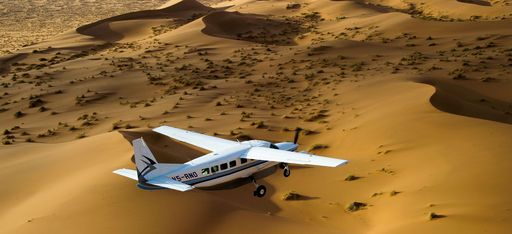 Einpropeller-Flugzeug über der Wüste von Namibia