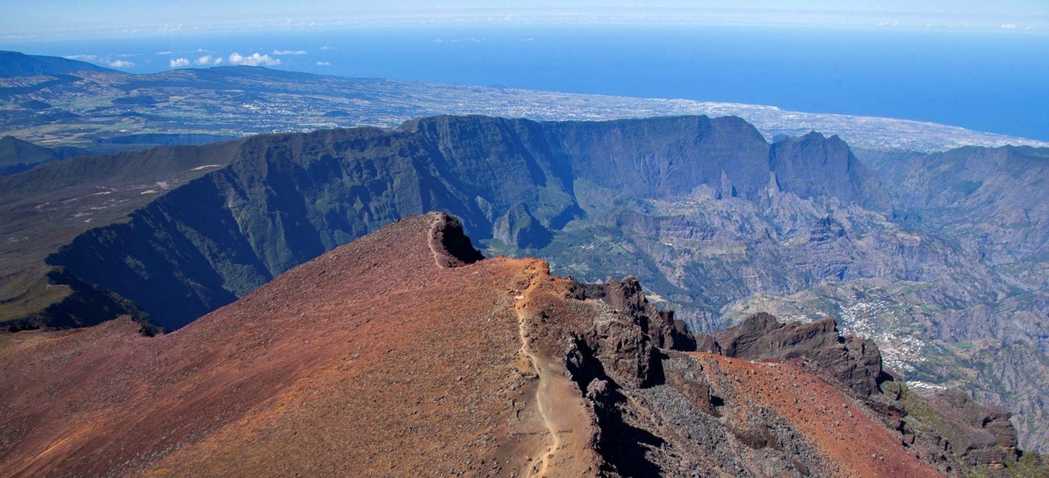 Vulkanlandschaft auf La Réunion mit weitem Blick über die Küstenregion