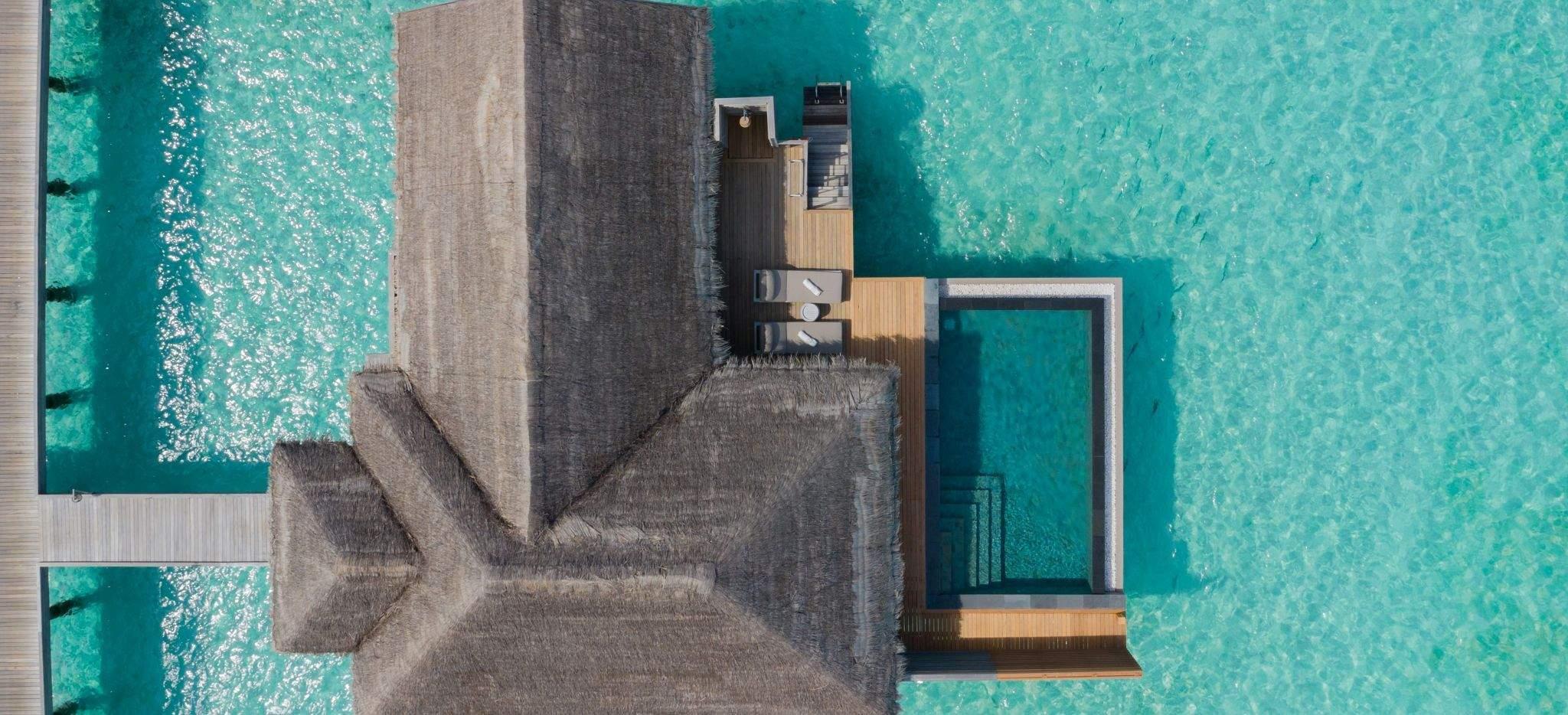 Luftaufnahme einer Wasservilla im Hotel Vakkaru, Malediven