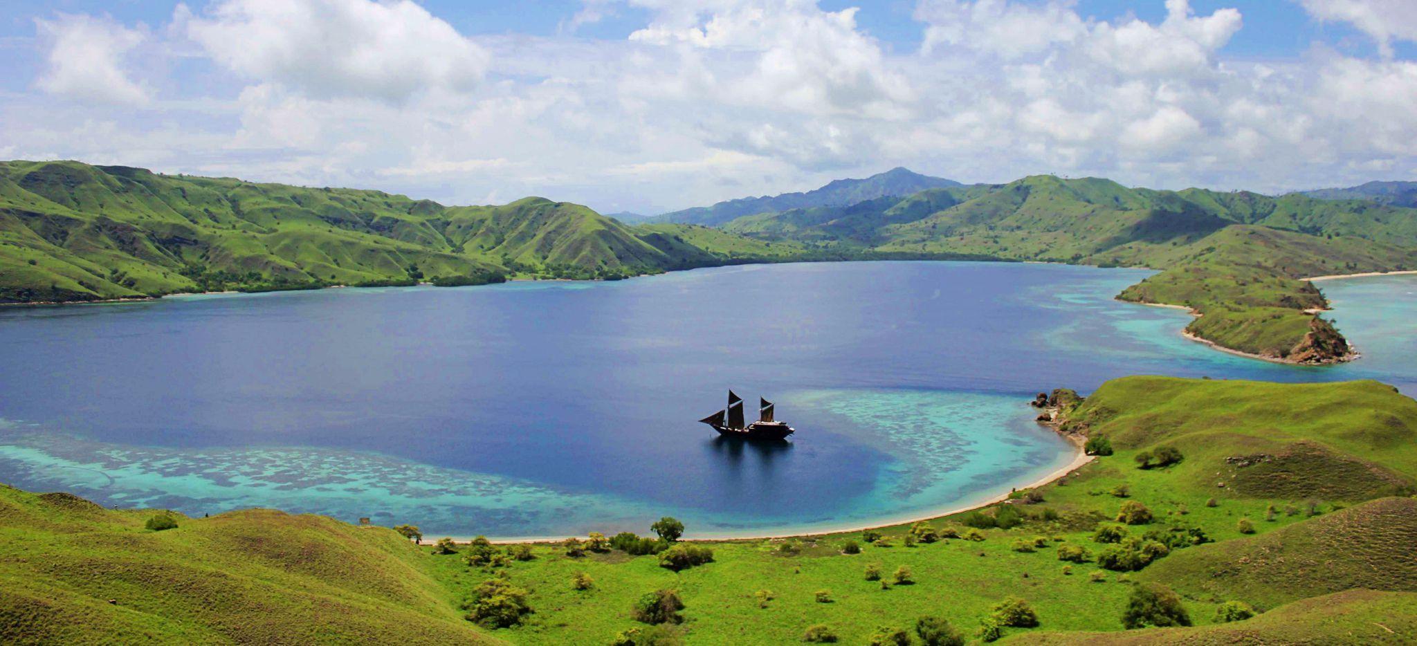 """Luftaufnahmen der Yacht """"Alila Purnama, in einer Bucht in Indonesien"""