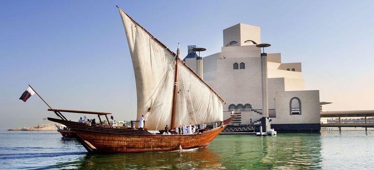 Das traditionelle, arabische Segelboot, ein Dhow, im Meer vor dem Islamischen Museum in Qatar