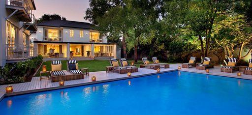 Der Pool und das Hauptgebäude des Hotels AtholPlace