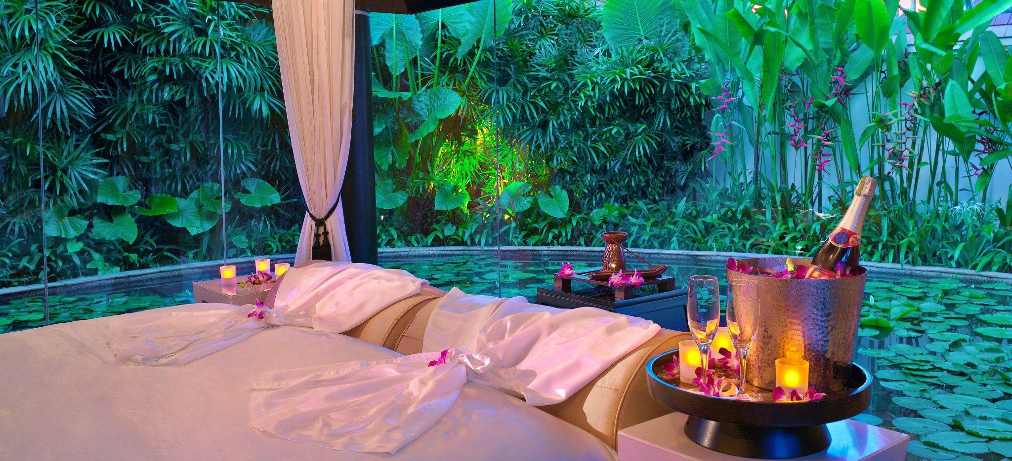 Ein Schlafzimmer mit Blick auf einen Teich und Eine Flasche Champagner daneben