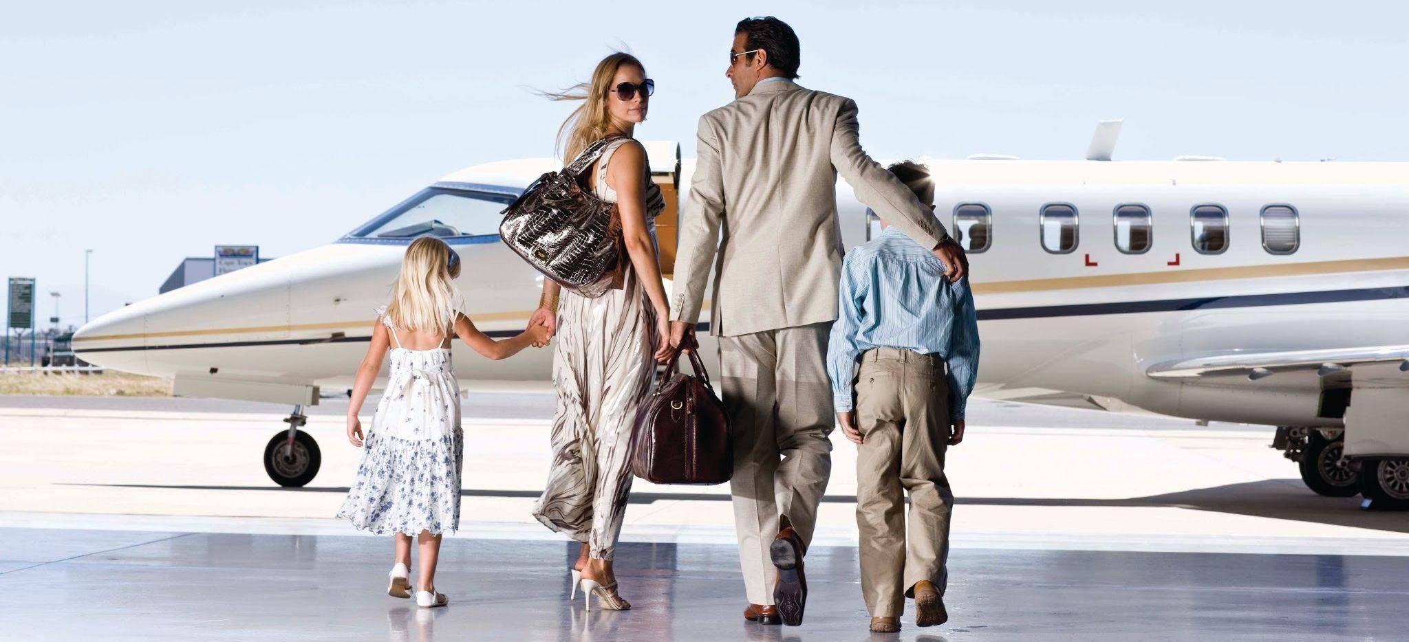 Familie besteigt ein Privatflugzeug