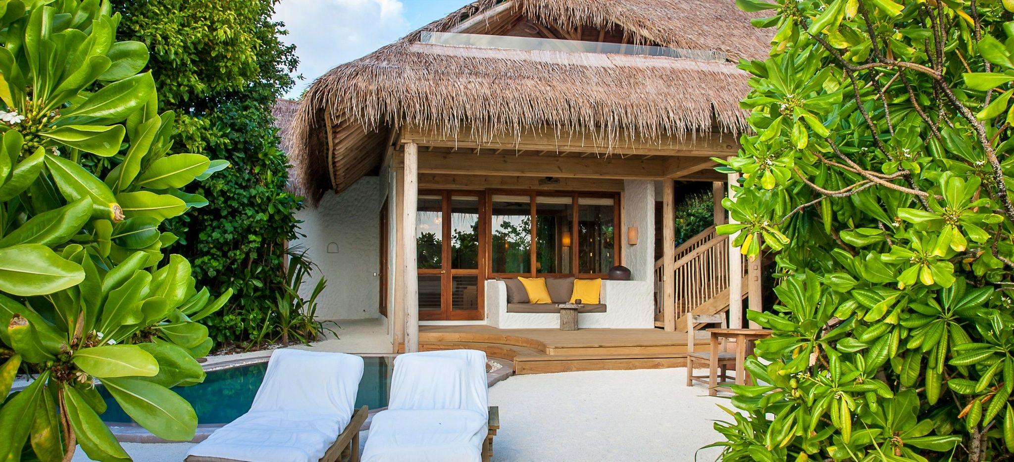 Ein Privater Pool im Sand vor einer Villa, von Gebüsch vor Blicken geschützt, im Hotel Soneva Fushi