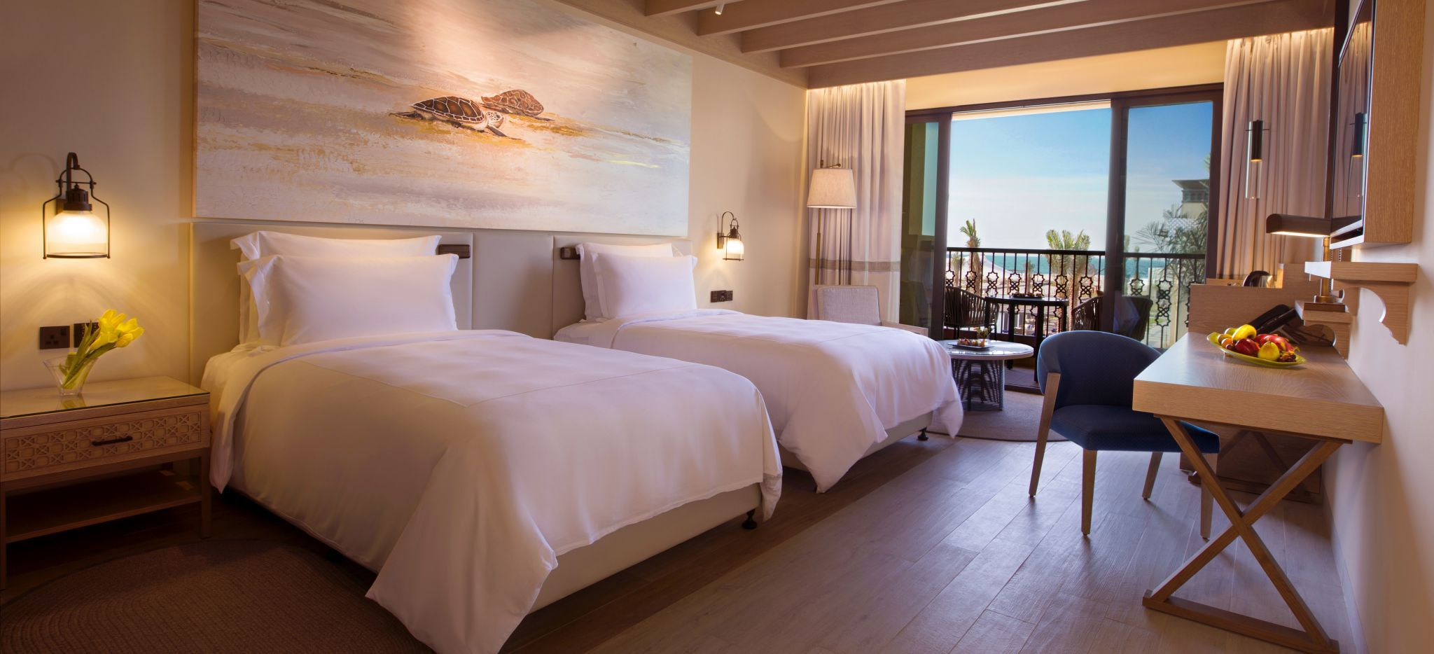 Schlafzimmer des Saadiyat Rotana Hotel, mit Twin Beds. Blick aus dem Hotelzimmer. Luxuriöse Einrichtung.