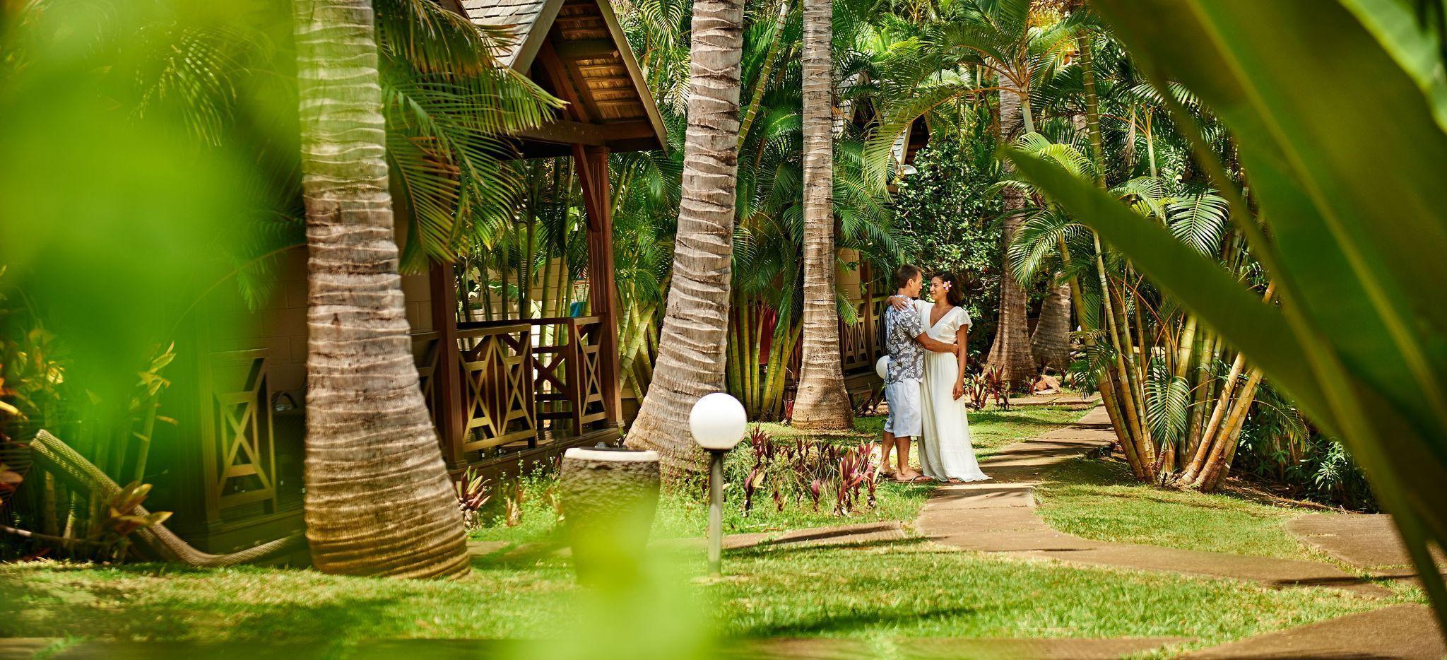 Ein Paar im Garten des Hotels Iloha