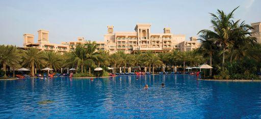 """Hauptpool von """"Madinat Jumeirah Al Qasr"""". Mit dem Hotel im Hintergrund"""