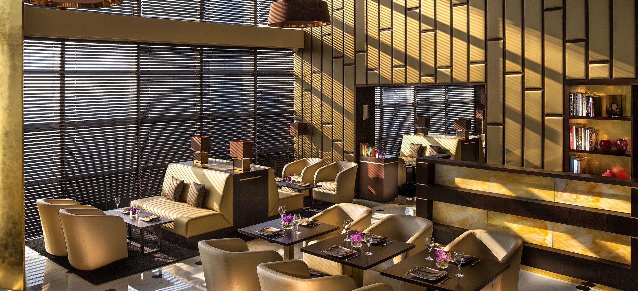 """Hotelzimmer """"Club Executive"""" im Hotel """"Jumeirah Emirates Towers in Dubai. gemütliche Sessel, Fensterplätze"""