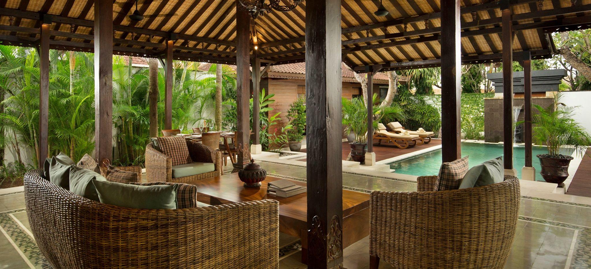 """Ein gemütlicher Überdachter Wohnbereich eines Hotelzimmers im Hotel """"The Legian"""" auf Bali"""