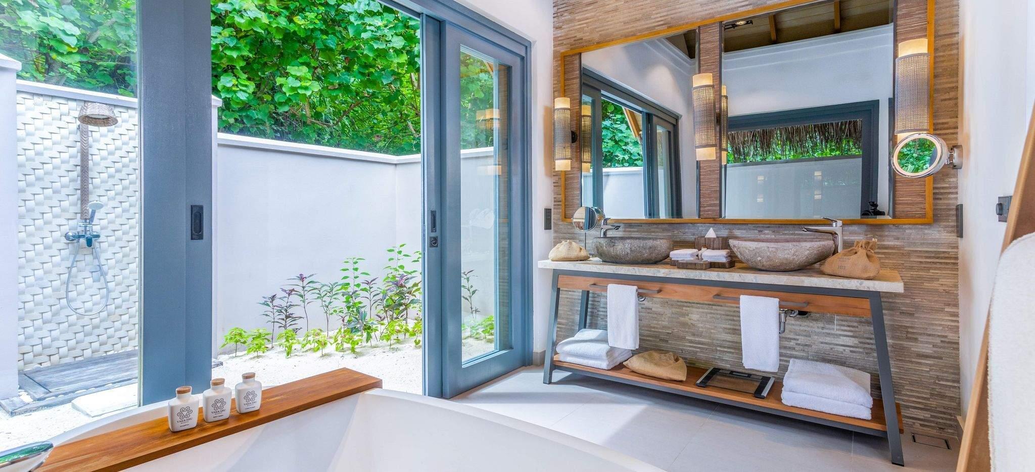 Das Badezimmer einer Hotel-Villa im Hotel Vakkaru, Malediven