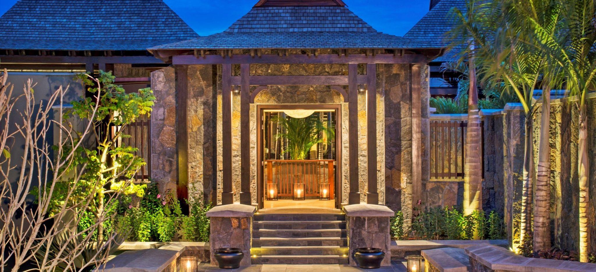 """Ein massiver Steineingang zur Rezeption des Hotels """"St. Regis Mauritius"""""""