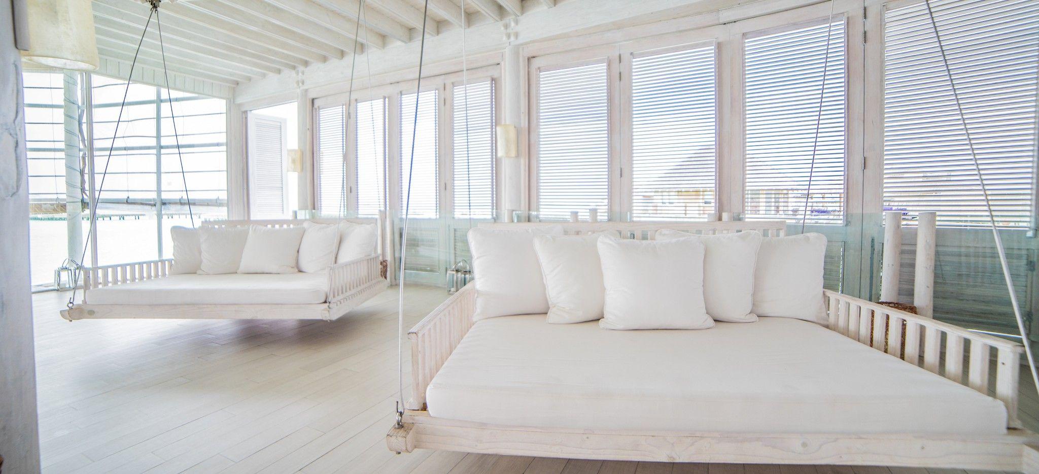 Zwei Hollywoodschaukeln 2m auf 2m, voll in weiß, in einem weißen, offenen Restaurant