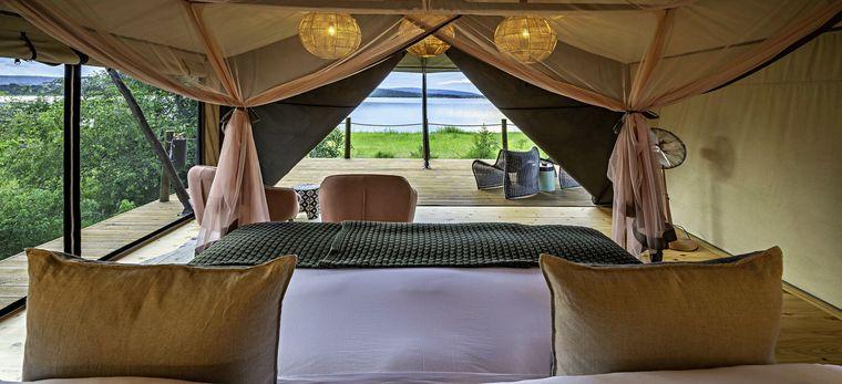 Blick über ein Bett auf den See Rwanyakazinga im Magashi Camp, Ruanda