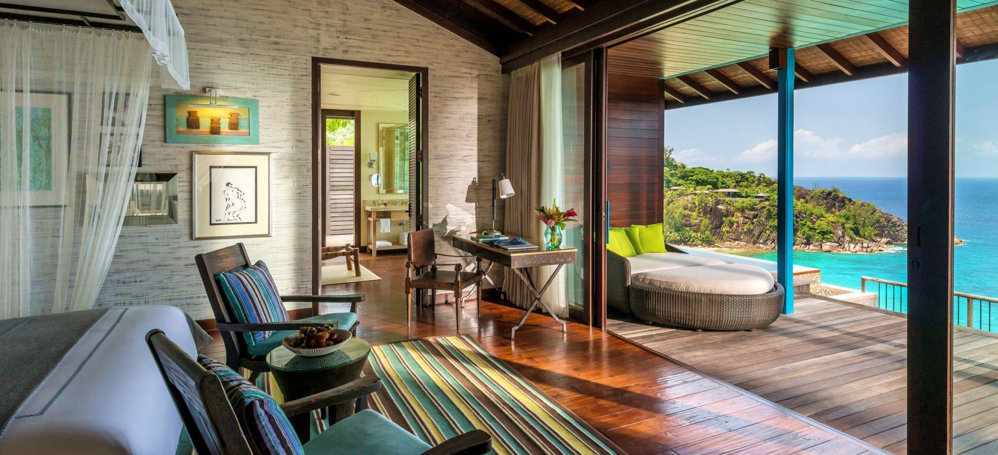 Ein luxuriöses Hotelzimmer mit Blick auf das offene Meer im Hotel Four Seasons Resort Seychelles