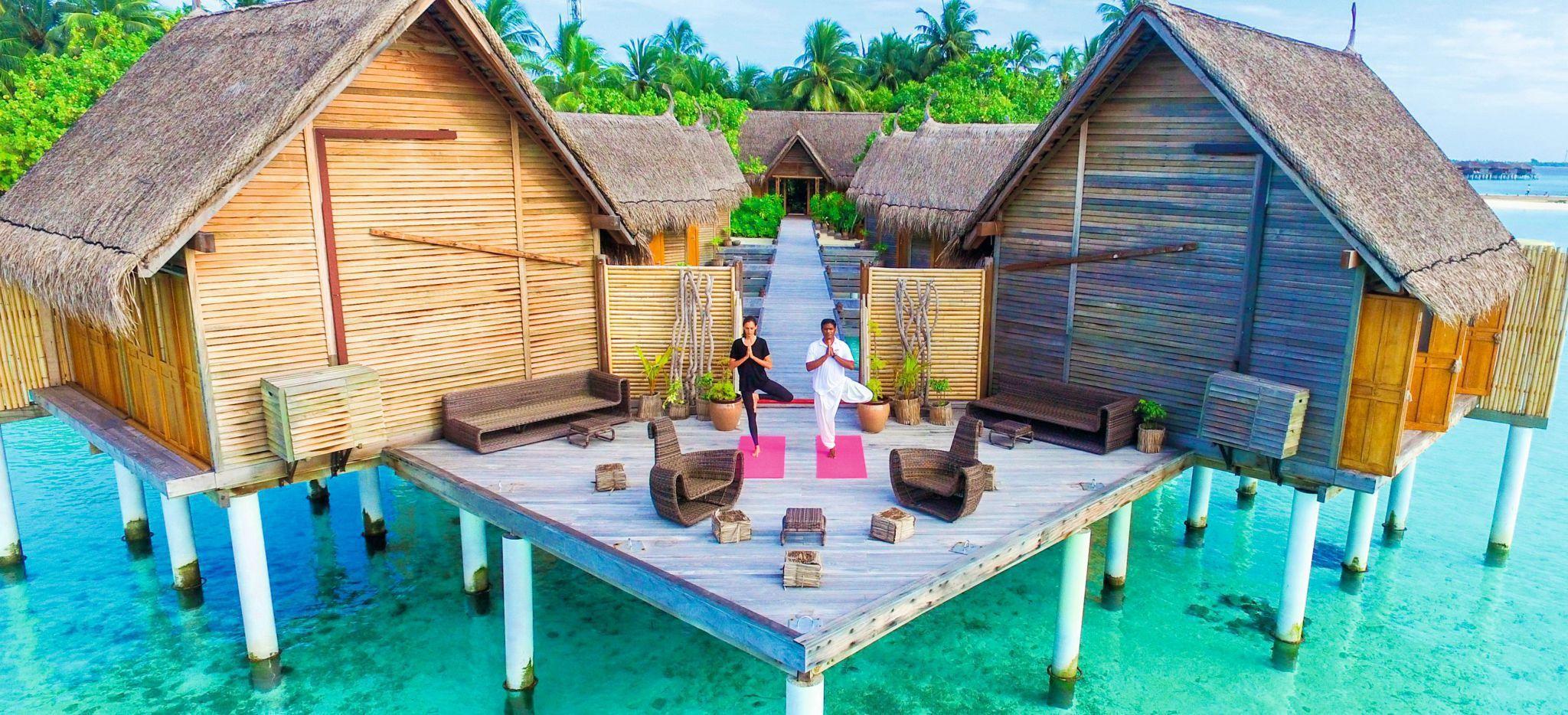 Mehrere zusammengeschlossene Wasservillen, in denen sich das Spa des Hotels Constance Moofushi auf den Malediven befindet