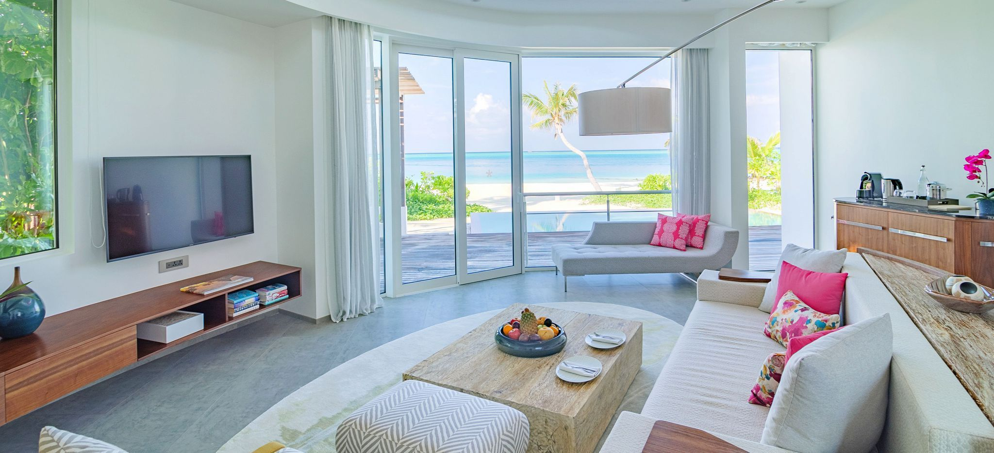 Ein geräumige Lounge mit Couches un Blick auf das Meer