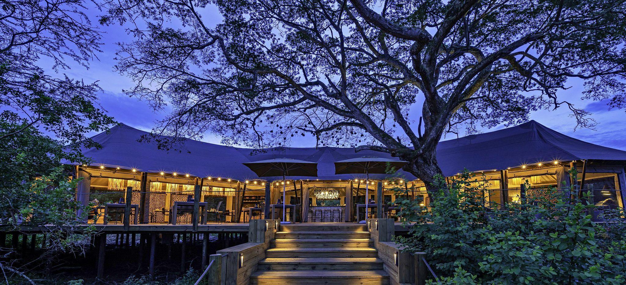 Das Hauptgebäude des Hotels Magashi, in der Ruandischen Wildnis