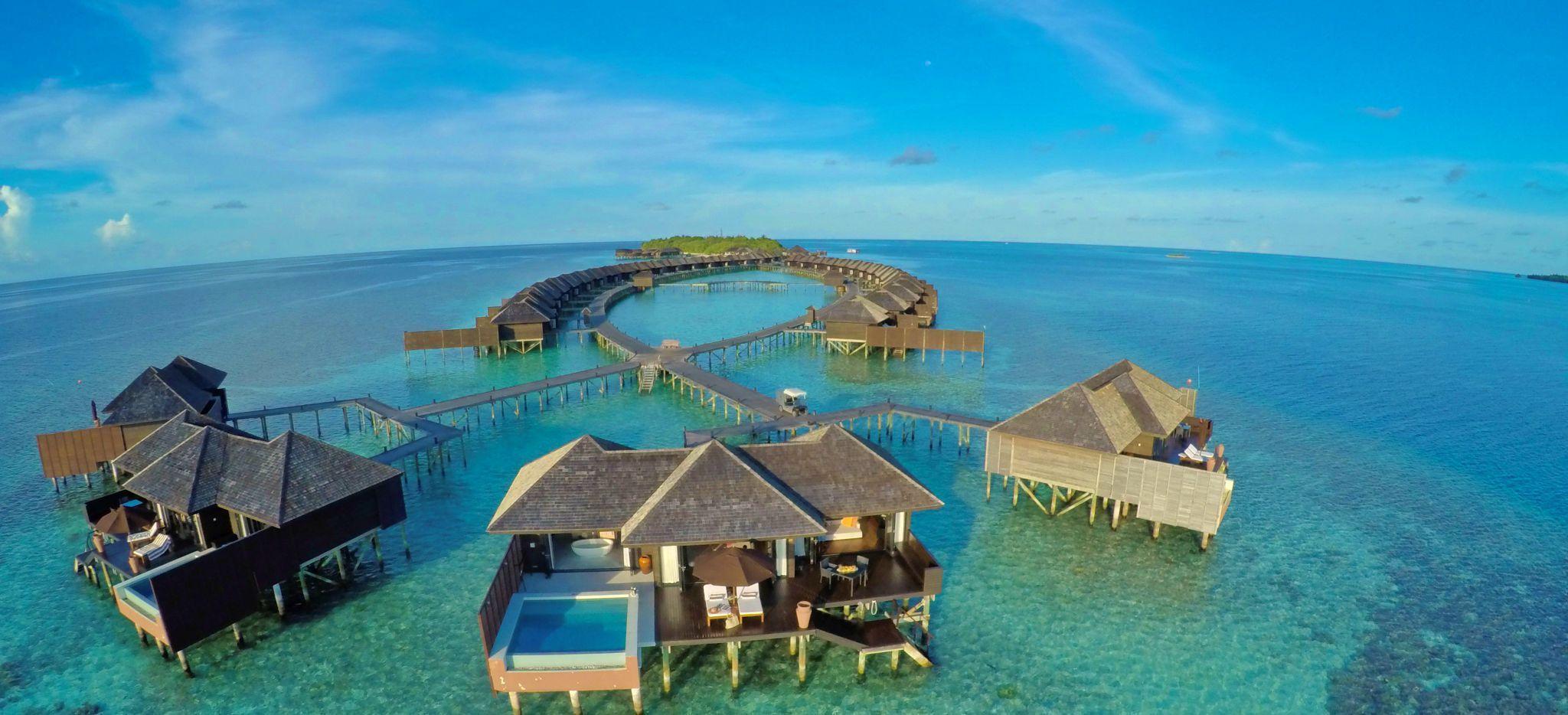 """Eine Reihe von Wasservillen der Malediveninsel """"Lily Beach"""""""
