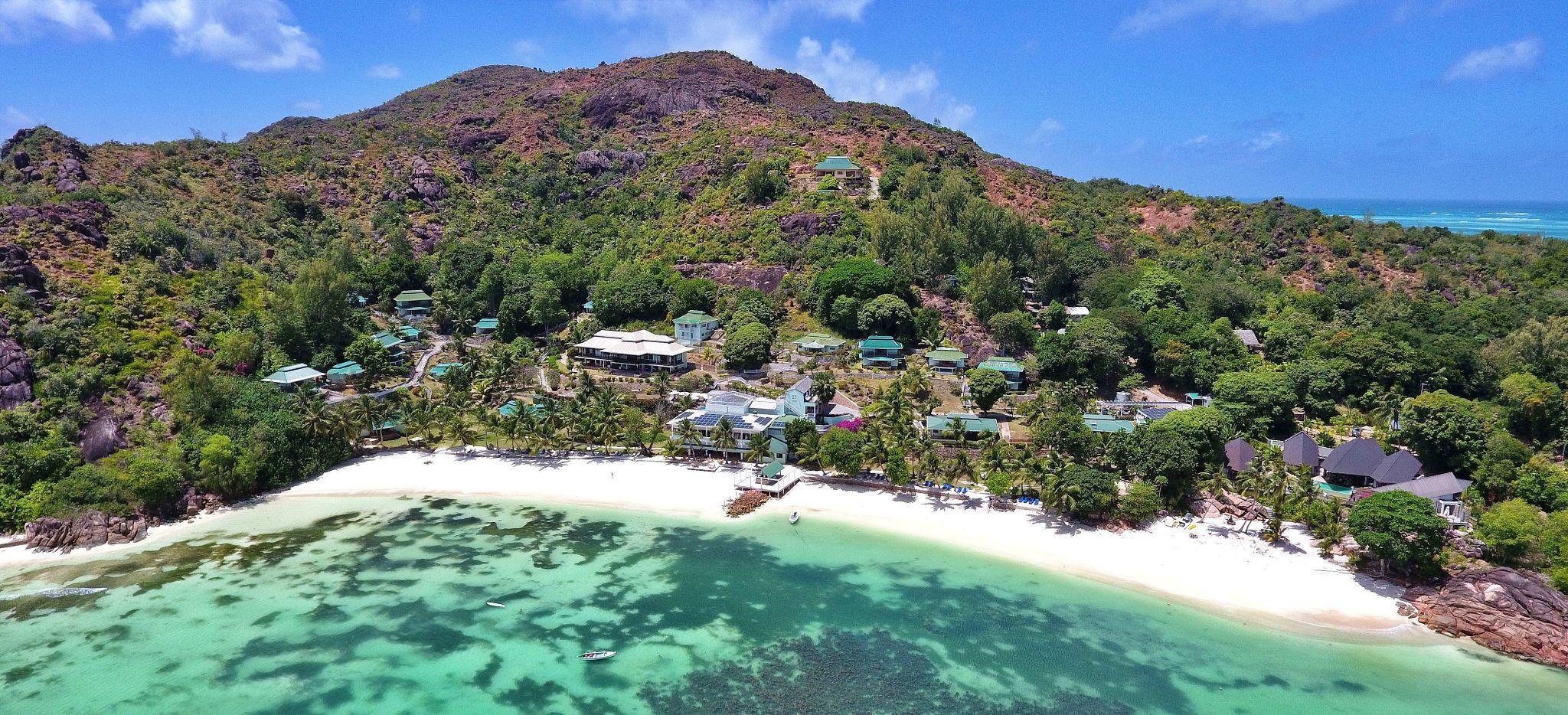 Eine Bucht auf den Seychellen mit dem Hotel L'Archipel