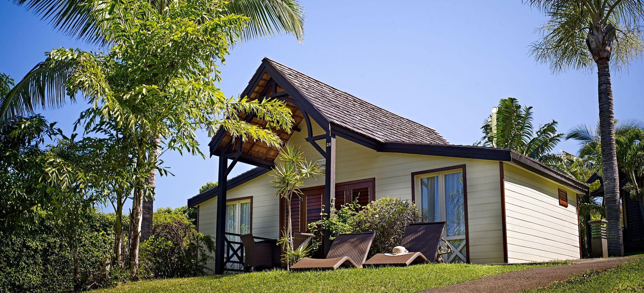 Außenansicht eines Bungalows im Hotel Iloha