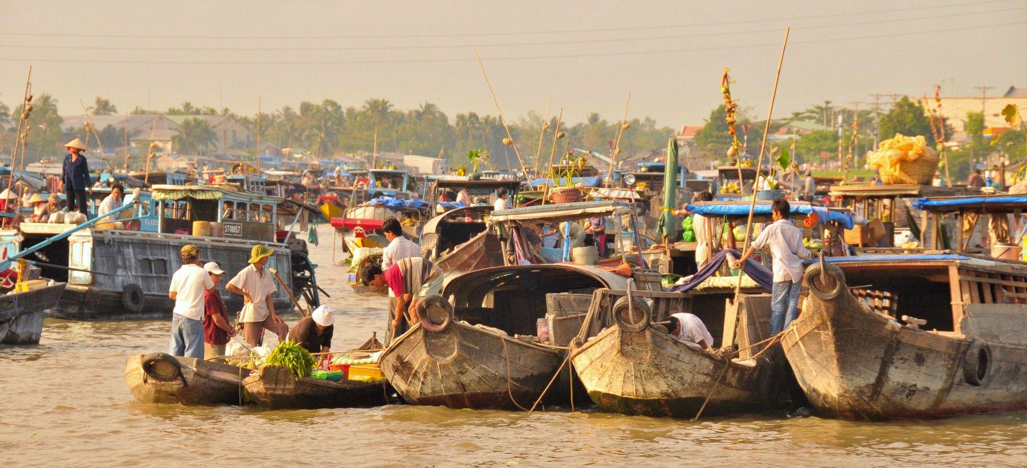 Ein Schwimmender Markt auf zusammengelegten Booten in Vietnam