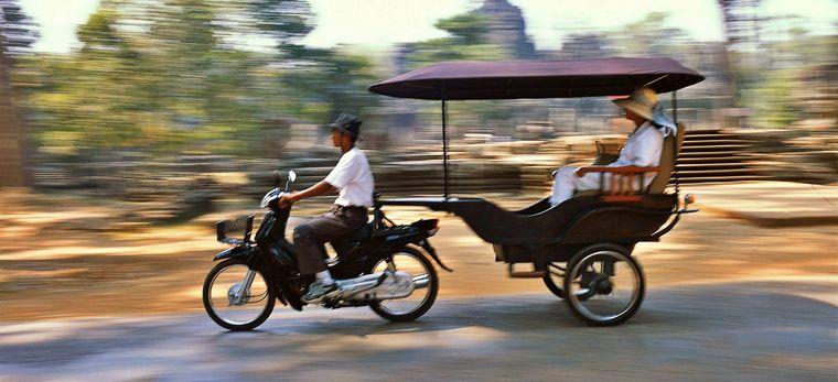 Motorradrikscha mit Kunden in Kambodscha