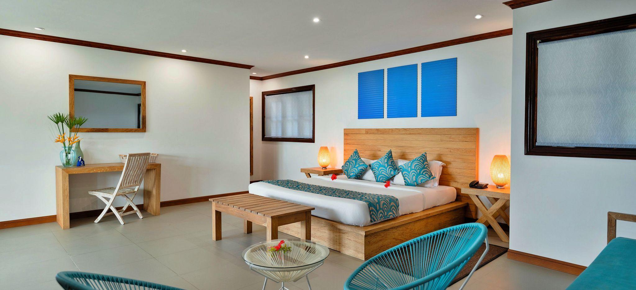 Helles Hotezimmer mit Bett und Schreibtisch