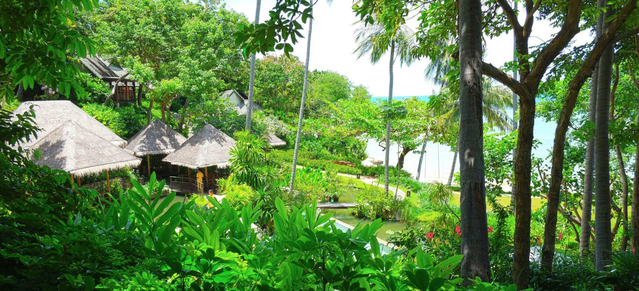 Dschungel und vereinzelte Häuser im Hotel Kamalaya auf Koh Samui, Thailand