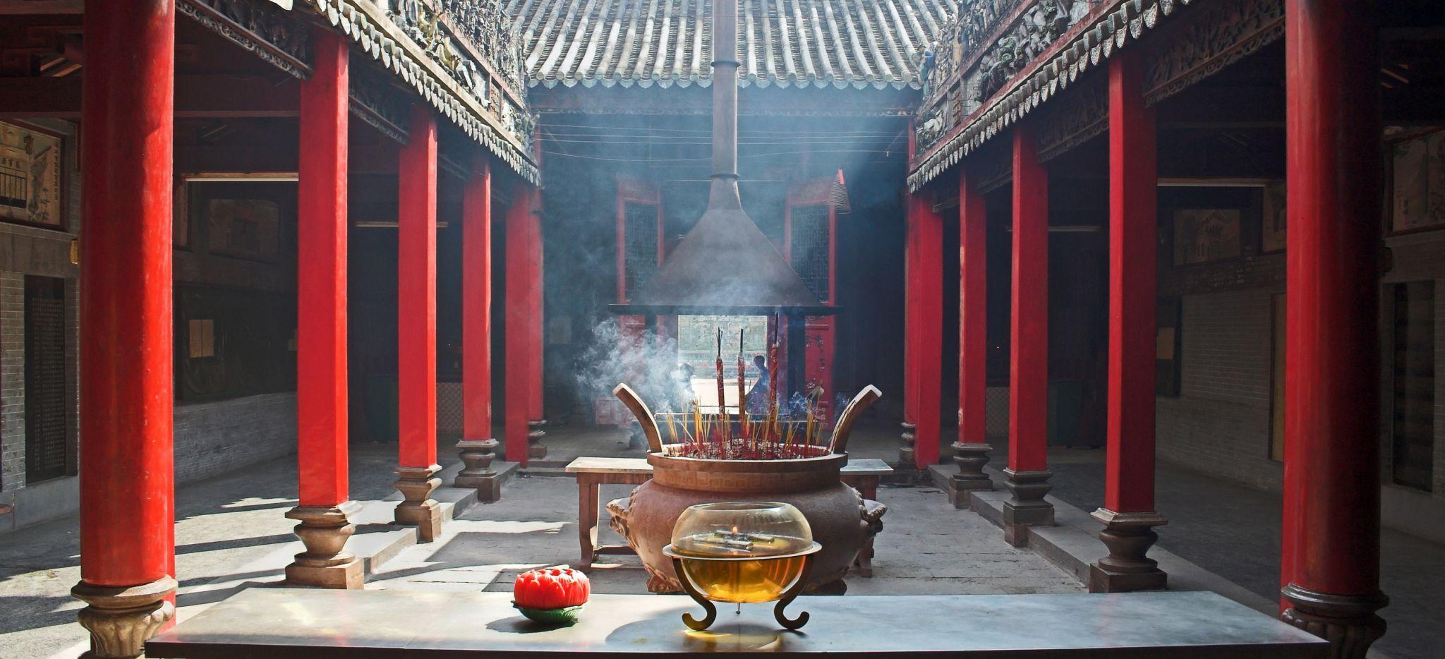 Tempel in Vietnam im Rauch von Räucherstäbchen