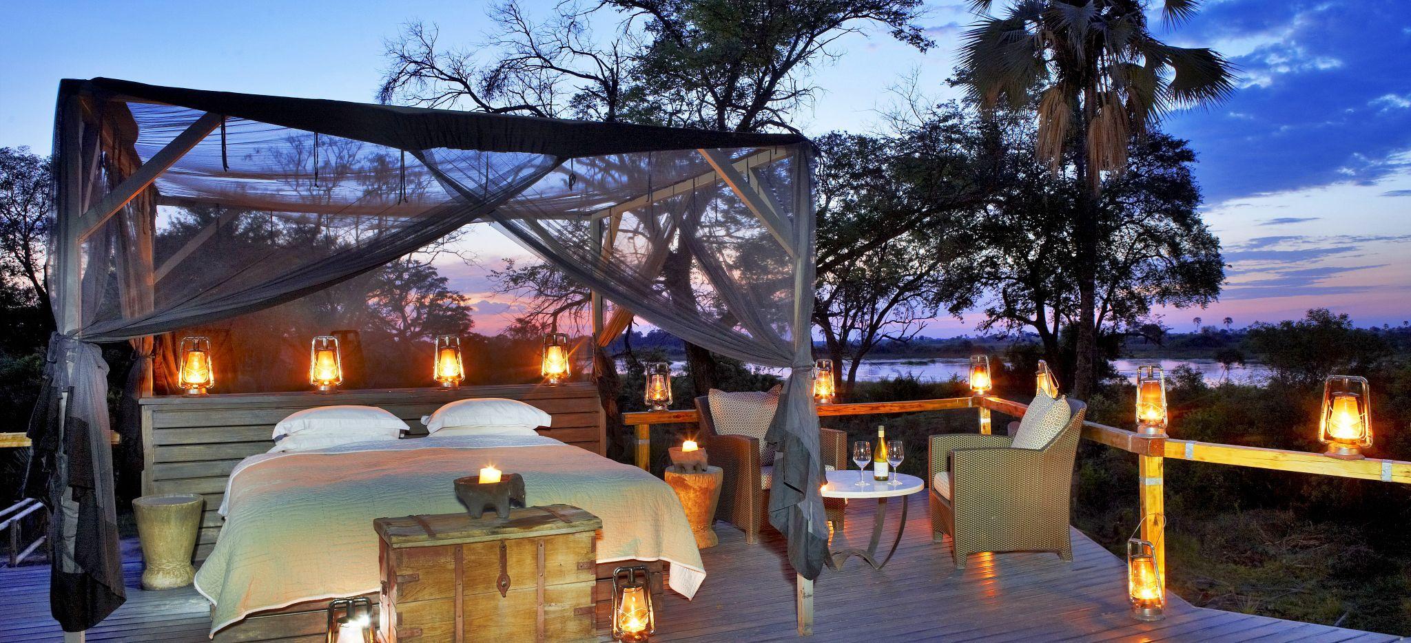 Ein Ehebett im freien, auf einer Plattform ü´ber dem Okavango Delta, Botswana. Im Hotel Abu Camp