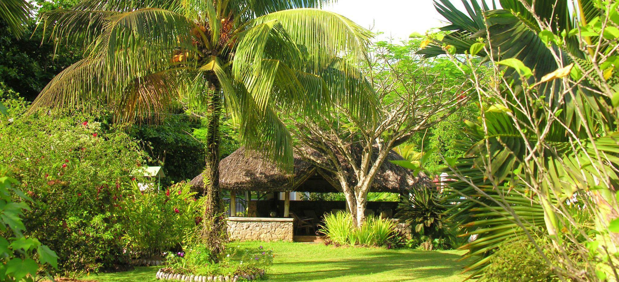 Tropischer Garten mit dem Garten-Pavillon der Villa Bambou auf den Seychellen