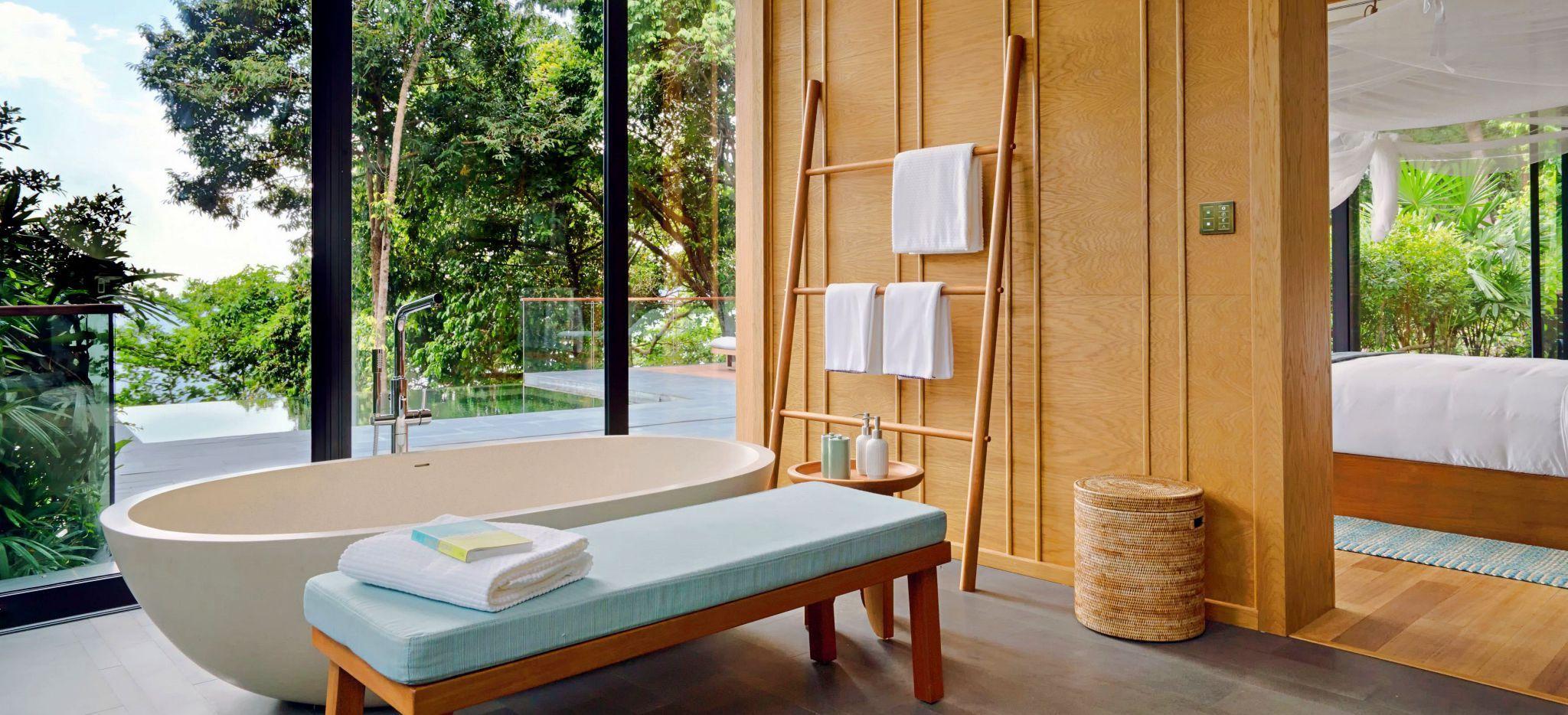 Badezimmer mit Badewann und Blick in den Dschungel, Hotelzimmer Ocean Pool Villa Suite im Hotel Six Senses Koh Krabey
