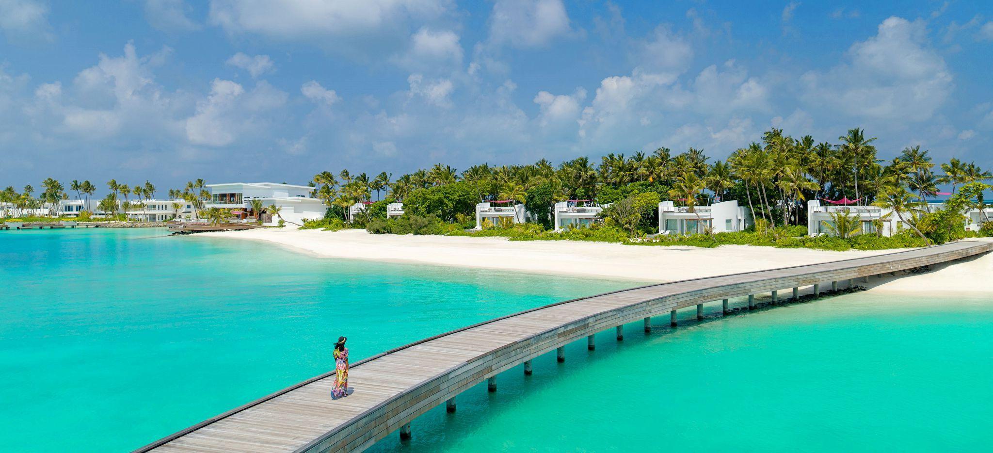 """Ein langer Steg läuft hin zur Malediven-Insel des """"LUX* North Male Atoll"""""""