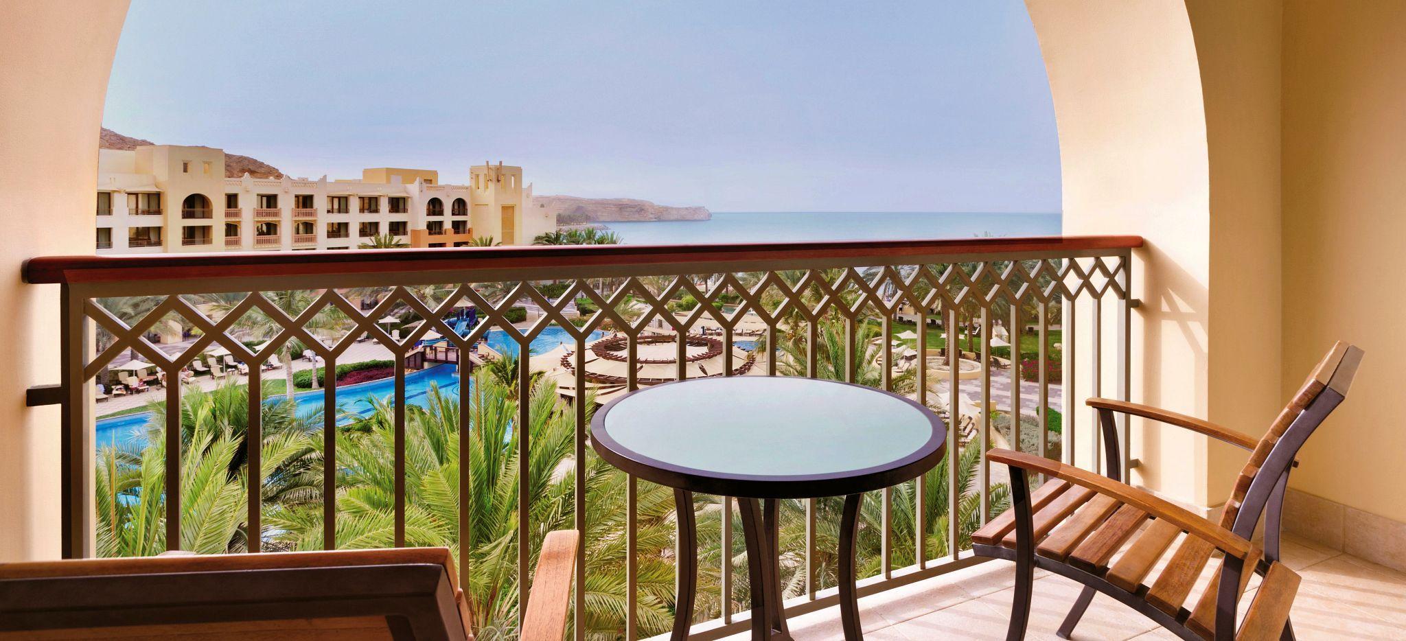 Der Balkon der One Bedroom Suite im Shangri-La Barr Al Jissah Al Bandar Resort nahe Maskat, Oman
